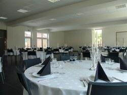 Grande salle CACS avec tables